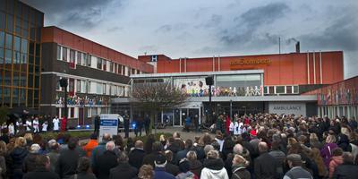 De vrolijke drukte bij De Sionsberg op 1 februari 2014. De verbouwing wordt gevierd. FOTO MARCEL VAN KAMMEN.