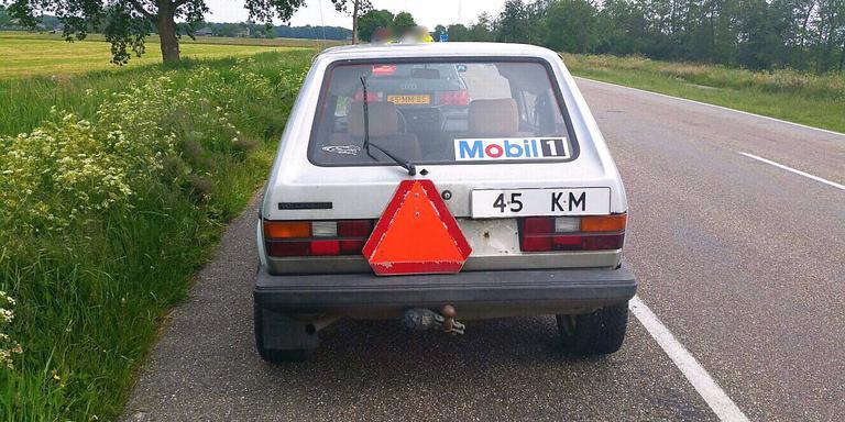 De omgebouwde VW en Audi werden in de buurt van Joure aan de kant gezet. FOTO FACEBOOK TEAM VERKEER NOORD-NEDERLAND