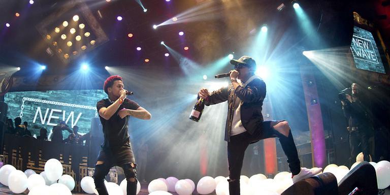 Rapperscollectief New Wave bij het in ontvangst nemen van de Popprijs, in De Oosterpoort te Groningen. ,,60 miljoen streams op Spotify, 80 miljoen views op YouTube! Kom op man!'' FOTO SIESE VEENSTRA