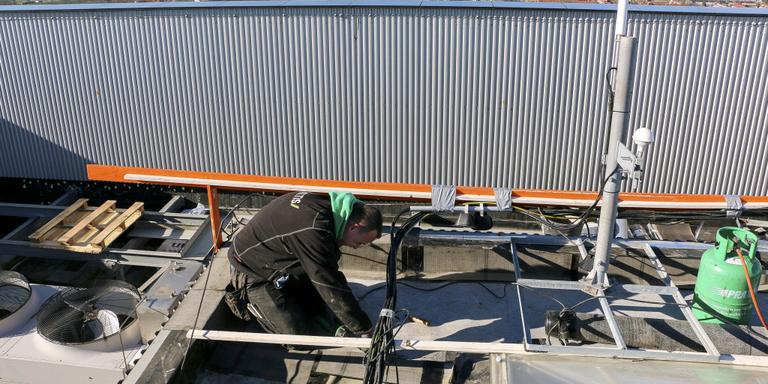 Werken op het dak van Friesland. FOTO'S ARODI BUITENWERF