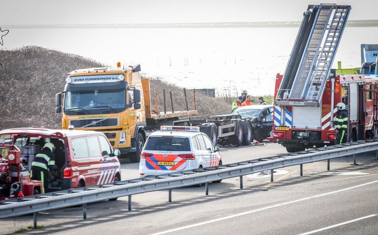 Rijstrook open op Afsluitdijk na botsing tussen auto en vrachtwagen.