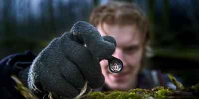 Jeroen Breidenbach neemt een mossoort onder de loep. FOTO MARCEL VAN KAMMEN