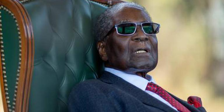 Mugabe uitgejouwd bij stembureau