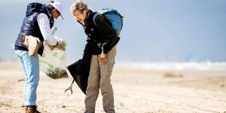 Vrijwilligers ruimen stranden op