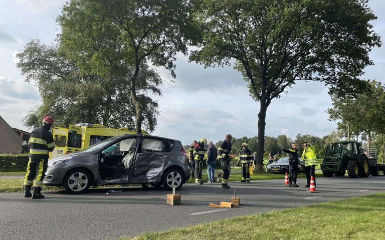 Gewonde en veel schade bij botsing tussen personenauto en bestelbus op kruising bij Een-West.