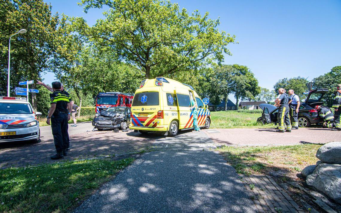 Zware botsing tussen twee autos bij Steggerda, een persoon gewond.