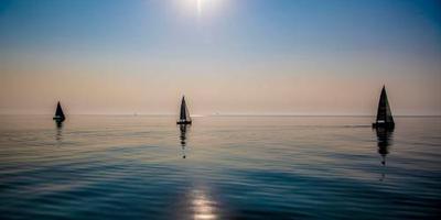 Gewonde zeiler gered na dagen op zee