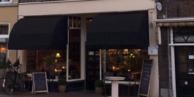 Een bijzonder concept, zeggen we vooraf: een restaurant dat alle hoofdgerechten serveert voor 9,99 euro. Ons etentje bij brasserie De Blaeskaek in Leeuwarden, aan het begin van de Nieuwestad, op nummer 3, krijgt echter een andere wending dan gedacht.