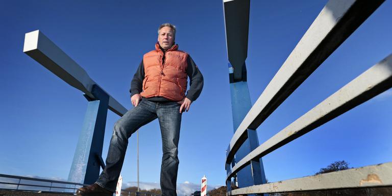 Klaas Dijkstra wil graag dat de brugwachter blijft op de brug van Heerenzijl. Hij begint een handtekeningenactie. FOTO NIELS DE VRIES