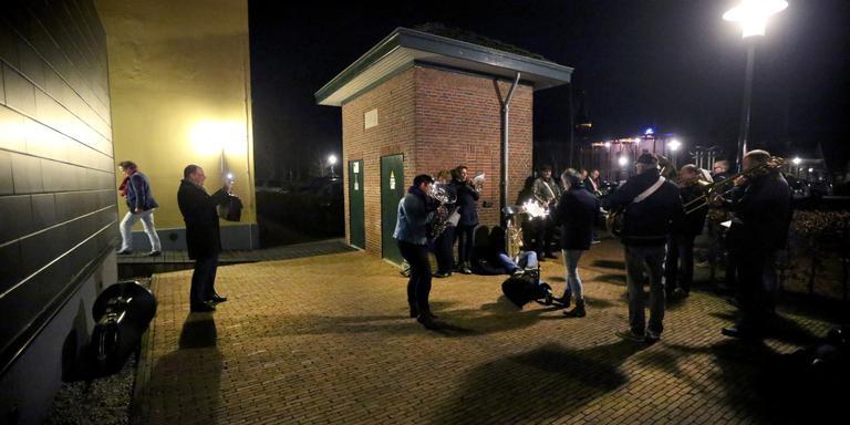 Burgemeester Tom van Mourik (l) zet muzykferiening OpMaat uit Berltsum op de foto voorafgaand aan de raadsvergadering FOTO CATRINUS VAN DER VEEN