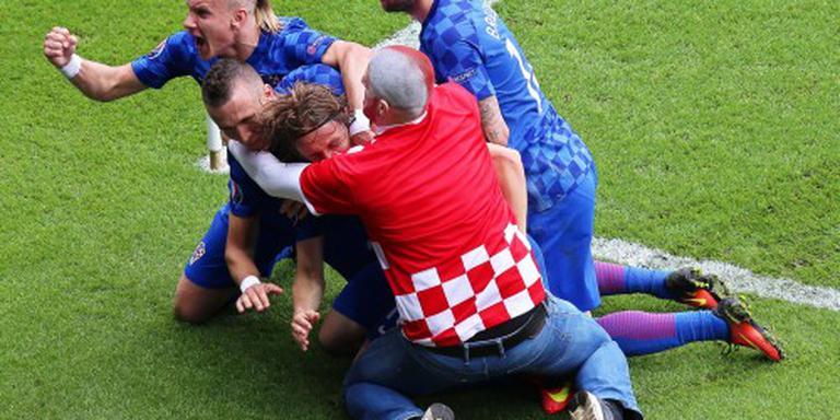 Kroatische fan viert doelpunt mee op veld
