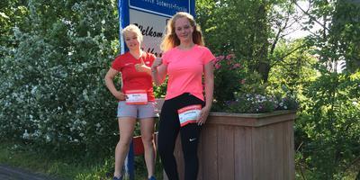 Brecht Osinga (links) en Lonneke Gerritsma alvast bij de plaats waar ze zaterdag hun marathon hopen te volbrengen. FOTO LC