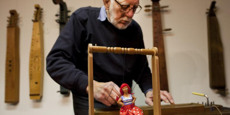 Evert Kluter bespeelt een van zijn Noordse balken. Een groot deel van zijn collectie verhuist naar Noorwegen. FOTO GITTE BRUGMAN
