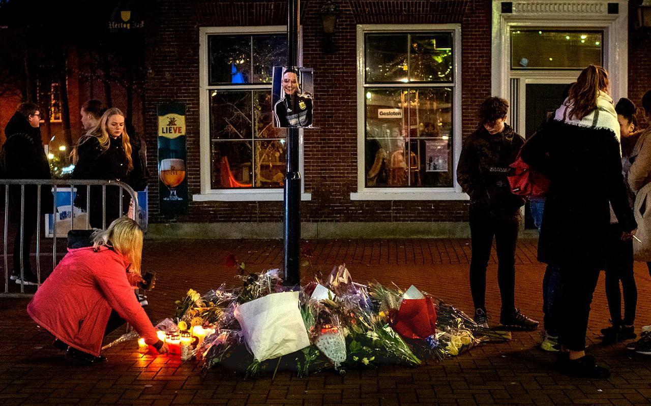 Publiek legt bloemen voor café Pietje Bel in Drachten.