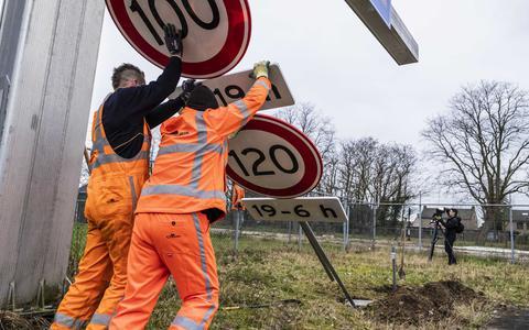 De borden langs de weg worden aangepast vanwege de veranderde maximumsnelheid.