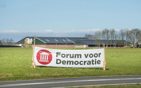 Een vlag van Forum voor Democratie langs de N361 nabij Metslawier. FOTO: MARCEL VAN KAMMEN