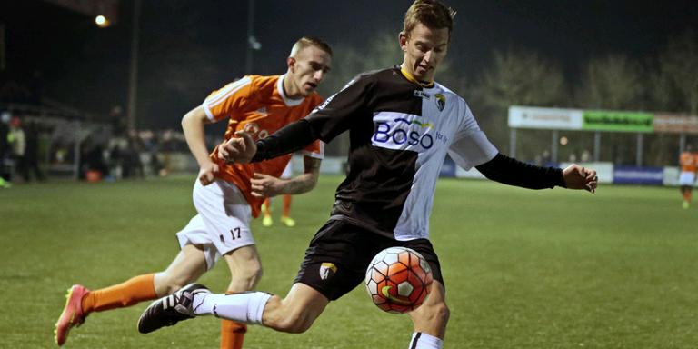 Tjeerd Andringa van SWZ controleert de bal. FOTO NIELS DE VRIES