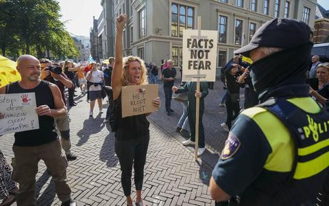 Demonstranten voeren actie tegen coronabeleid op Haags Plein