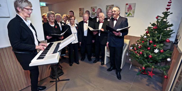 Dirigent en organist Klaske Deinum draait overuren met kerst. Hier is ze in actie met het Frittemakoor bij de bewoners van de Waterman in Sneek. FOTO NIELS DE VRIES