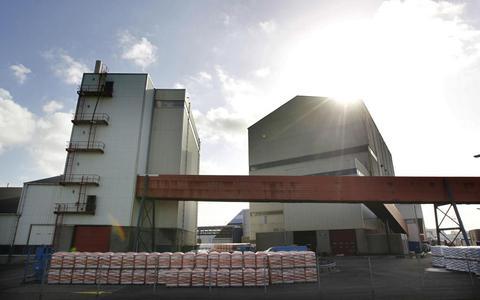 Brokstuk beschadigt zoutwinpijp onder Waddenzee, productie zoutwinnner Frisia lag een halve week stil. Herstelwerk kost enkele tonnen