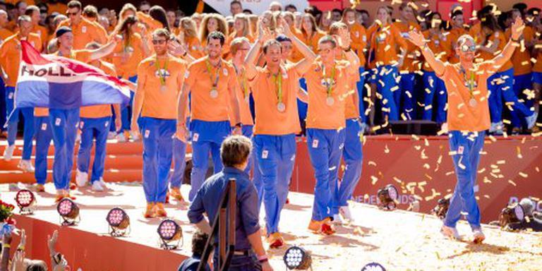 Medaillewinnaars op de fiets naar koningspaar