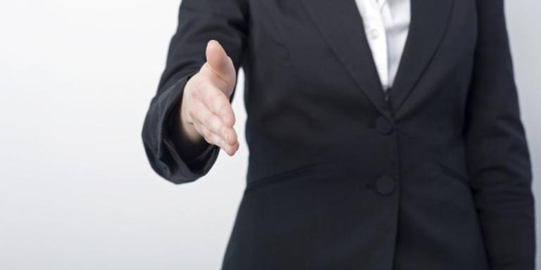 Zwitserse leerling moet lerares hand geven