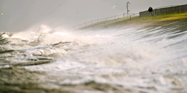 Aan zee worden windstoten tot 90 kilometer per uur verwacht.