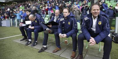 Henk de Jong (rechts) zat zondag in Groningen voor het laatst op de bank bij Cambuur. Naast hem Sipke Hulshoff en Arne Slot. FOTO ANP
