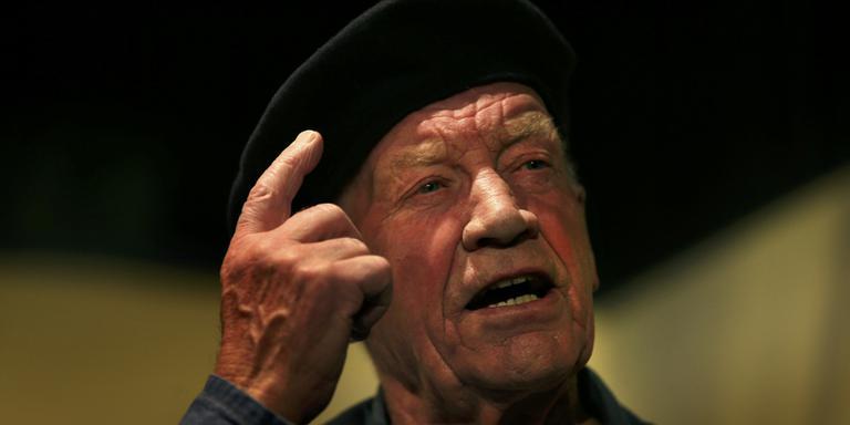 Toneelspeler en decorbouwer Hiko Veldman (81), tijdens een repetitie van het stuk 'De magnetron'. FOTO CATRINUS VAN DER VEEN