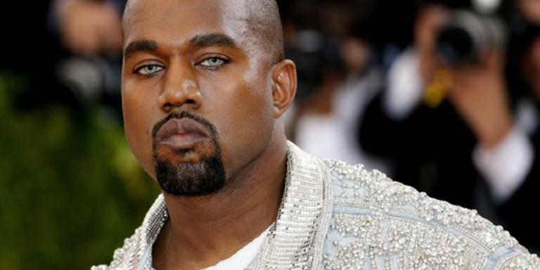 Kanye West deelt bed met naakte sterren