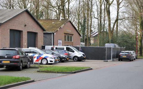 OM eist tien jaar cel tegen 'wapenmakelaar' uit Oosterwolde, die in 2018 een hakbijl door een raam zou hebben gegooid