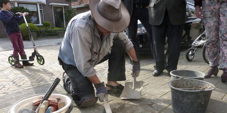 Kunstenaar Gunter Demnig plaatste de gedenkstenen in april 2014 in de stoep van de Van Helomalaan. FOTO HANS MENDELS
