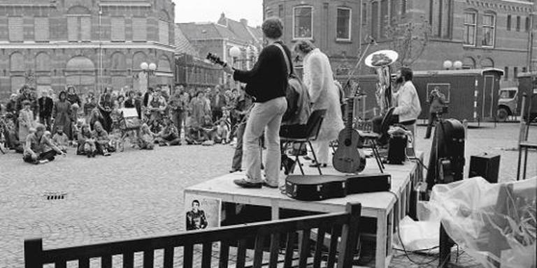 Folkgroep Irolt op het eerste Fries Straatfestival 1980 op Jacobijnerkerkhof in Leeuwarden.