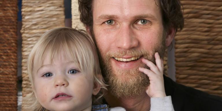 Jouke Hoogeveen met zijn anderhalf jaar oude dochtertje Keetie. ,,Ik vind het leuk als er nu iets wordt geroepen over die debiel met die baard. FOTO NEEKE SMIT.