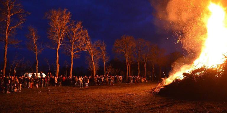 Hoge bulten zorgen voor hoge vlammen. FOTO ANDRIES VAN HUIZEN