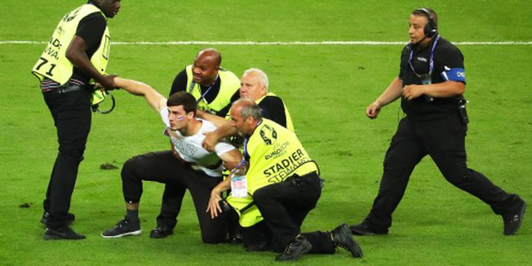 Fan op veld bij EK-finale in Parijs