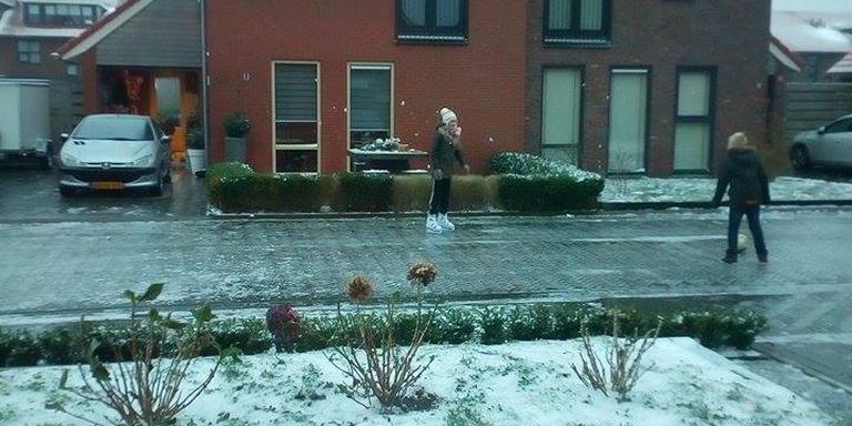Robin Faber en hun dochter Esmee op Eppie Bultsmastraat Leeuwarden. Foto gemaakt door Paulien Jasper-Visser