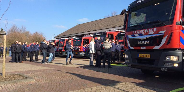 Acht Friese brandweerposten hebben zaterdagmiddag een nieuwe tankautospuit in ontvangst genomen. FOTO BRANDWEER FRYSLÂN.