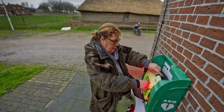 Vrijwilliger Colette Hettinga inspecteert de enige AED van Firdgum. Dit apparaat wordt wel regelmatig gecontroleerd. FOTO HOGE NOORDEN/JACOB VAN ESSEN