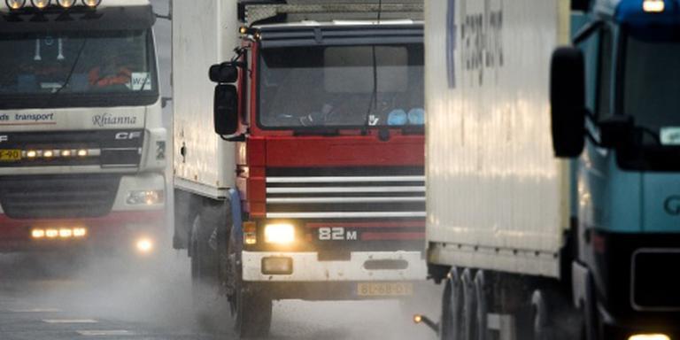 Man dood tussen twee vrachtwagens
