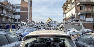 Twee dagen na de explosie zijn werklui bezig met het opruimen van de schade. FOTO JILMER POSTMA