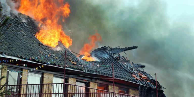 Woningen in brand na explosie in Urk