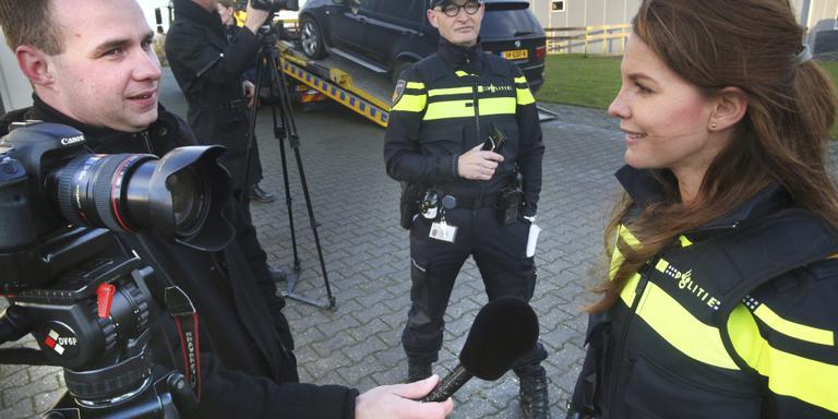 Journalist en fotograaf Anton Kappers in gesprek met politiewoordvoerder Petra Koops van 't Jagt bij een drugsinval in Menaldum. FOTO NIELS WESTRA