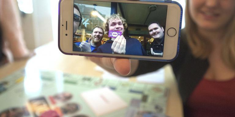 Een van de teams laat via de mobiele telefoon weten dat ze aan een opdracht hebben voldaan. Op de achtergrond het spelbord waar de vorderingen worden bijgehouden FOTO RENS HOOYENGA