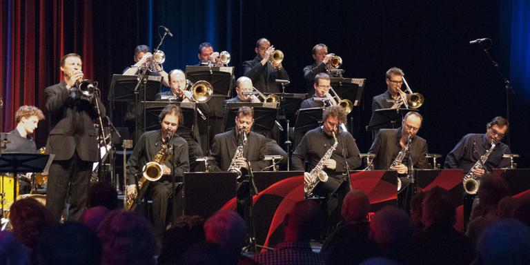 Buitenlands bezoek bij jazzstichting Hothouse Redbad: het Brussels Jazz Orchestra in 2011, met trompettist Bert Joris. FOTO JOB KRABBE