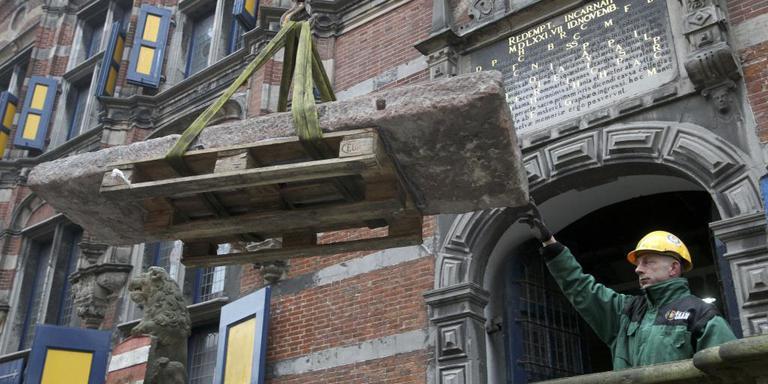 De Epposteen wordt uit de Kanselarij getakeld, om vervolgens naar het nieuwe Fries Museum te worden vervoerd.