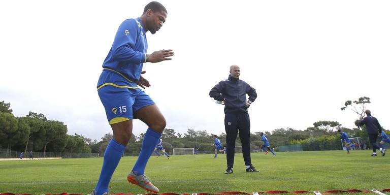 Jerge Hoefdraad tijdens een training in de Algarve. Op de achtergrond assistent-trainer Arne Slot. FOTO HENK JAN DIJKS