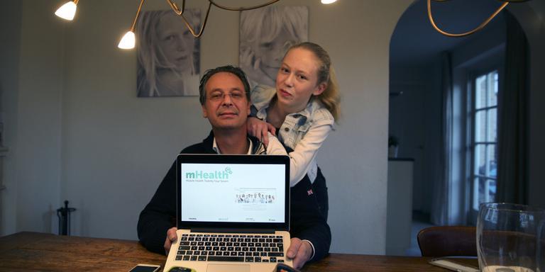 Jan Nico van Aalsum met dochter Britt. Op de voorgrond het mobieltje en de insulinespuit.