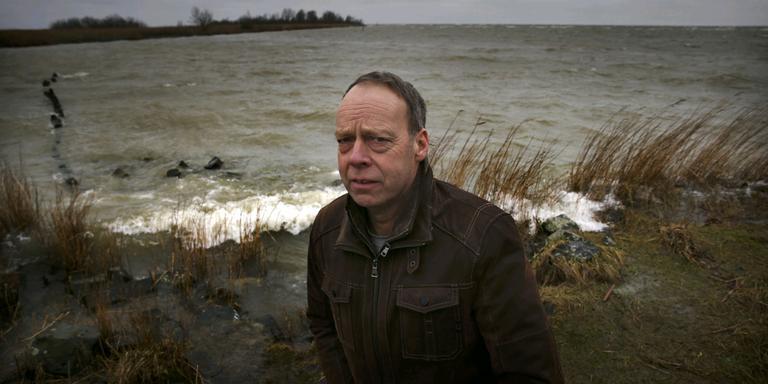 Ondernemer Henk Miedema baalt van de ondiepten voor Workum, die elk jaar weer opnieuw ontstaan. FOTO CATRINUS VAN DER VEEN