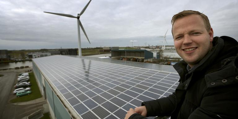 Feite Westra kan de stroom van zijn zonnepanelen en windmolen via één toevoer aan het netwerk leveren. FOTO CATRINUS VAN DER VEEN